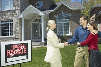 Конкуренция на рынке недвижимости в Великобритании толкает покупателей  на повышение цен
