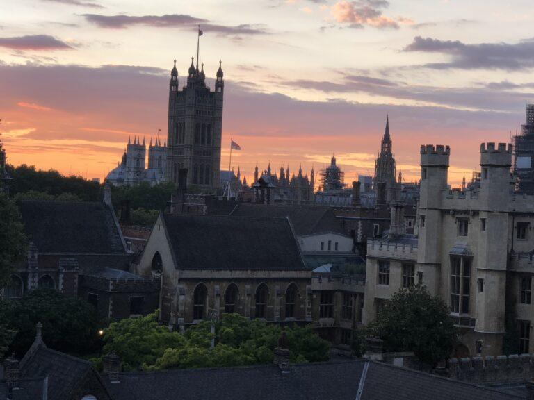 Пандемия короновируса продолжает оказывать влияние на жизни людей, на бизнес и на рынок недвижимости в Англии в частности.